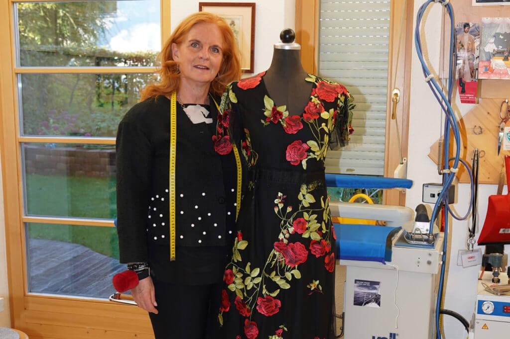 Maßangefertige Kleider wie dieses entstehen im Modellsalon von Brigitte Huditz in Aldrans.