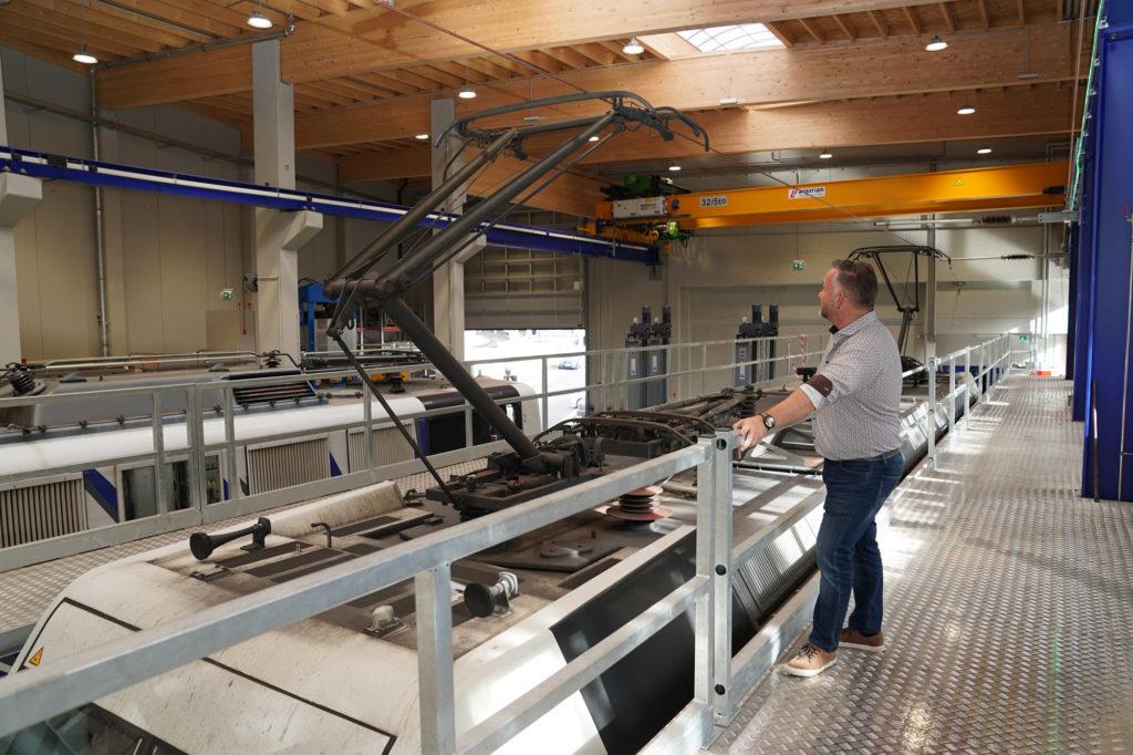 Werkstatt-Leiter Christian Narr ist für den Stützpunkt Kufstein und das gesamte Instandhaltunsgwesen zuständig. Der großzügige und helle Neubau der Halle ist für das Unternehmen von enormer Bedeutung.